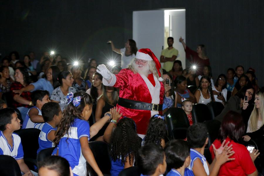 No dia 29/11 as crianças receberão seus presentes das mãos do Papai Noel.