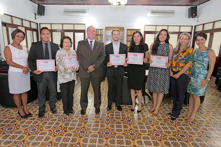Formandos e docentes do curso ao lado do diretor-geral da Esmal, Fernando Tourinho.
