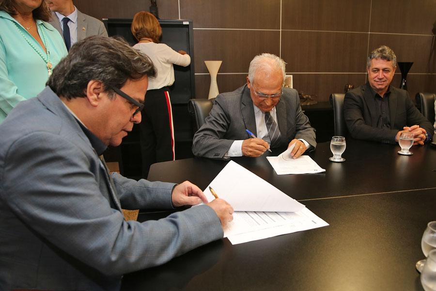 Tutmés Airan e diretor do Sicredi Alagoas, Maurílio Ferraz, assinaram convênio para a instalação de um centro de conciliação na instituição financeira.