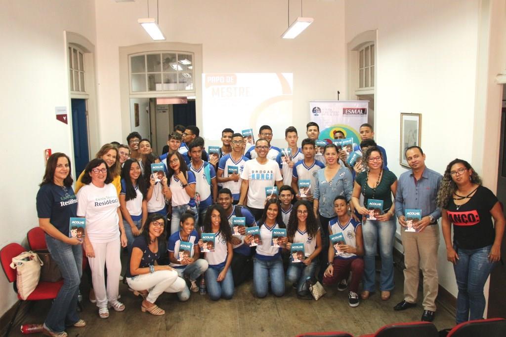 Alunos da Escola Municipal João Sampaio visitaram a biblioteca nesta quinta (23).
