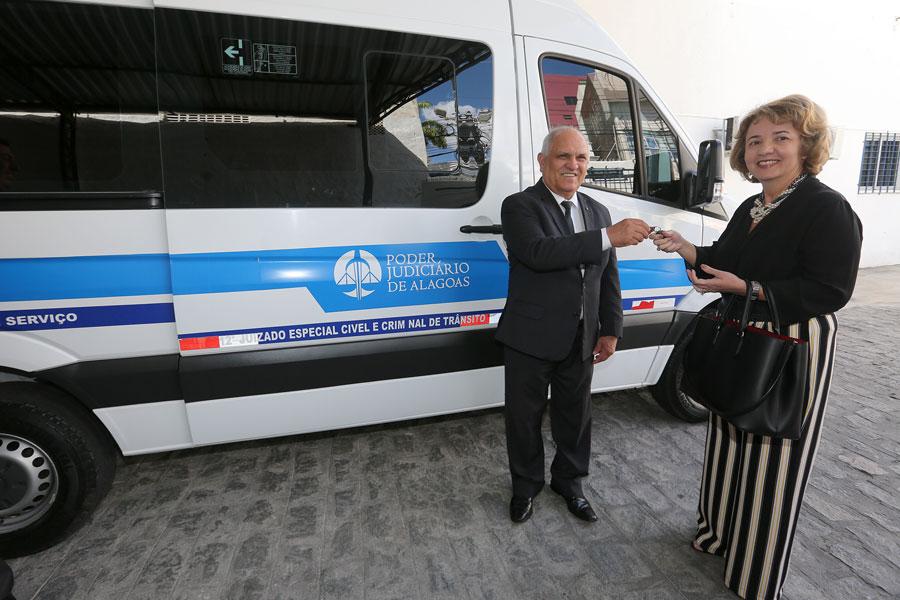 Desembargador Otávio Praxedes entregou as chaves do veículo para a juíza Luciana Cavalcanti, do 12º JECC.