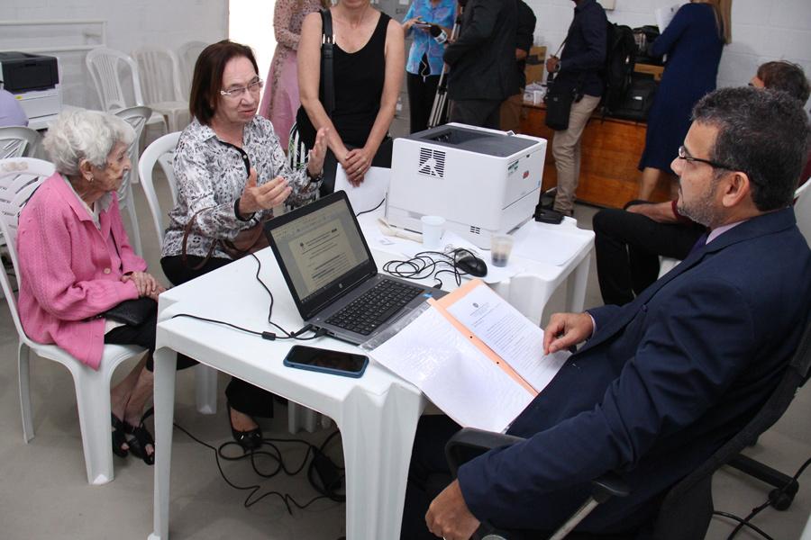 Dona Amália, de 92 anos, foi ao mutirão retificar o registro de nascimento.