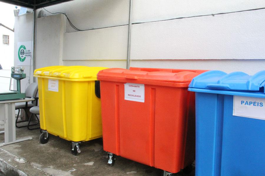 Contêineres de recicláveis no Tribunal de Justiça de Alagoas.