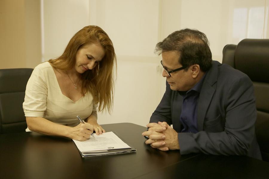 Juíza Renata Malafaia assinou o termo de posse nesta quinta (7). Foto: Anderson Moreira