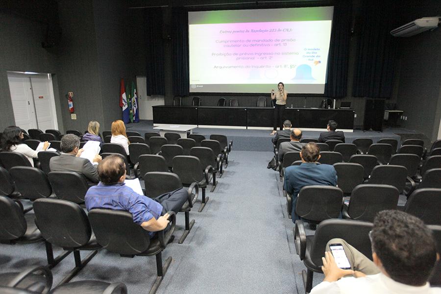 Juíza Carolina Valões ministrou o seminário nesta segunda-feira (24).