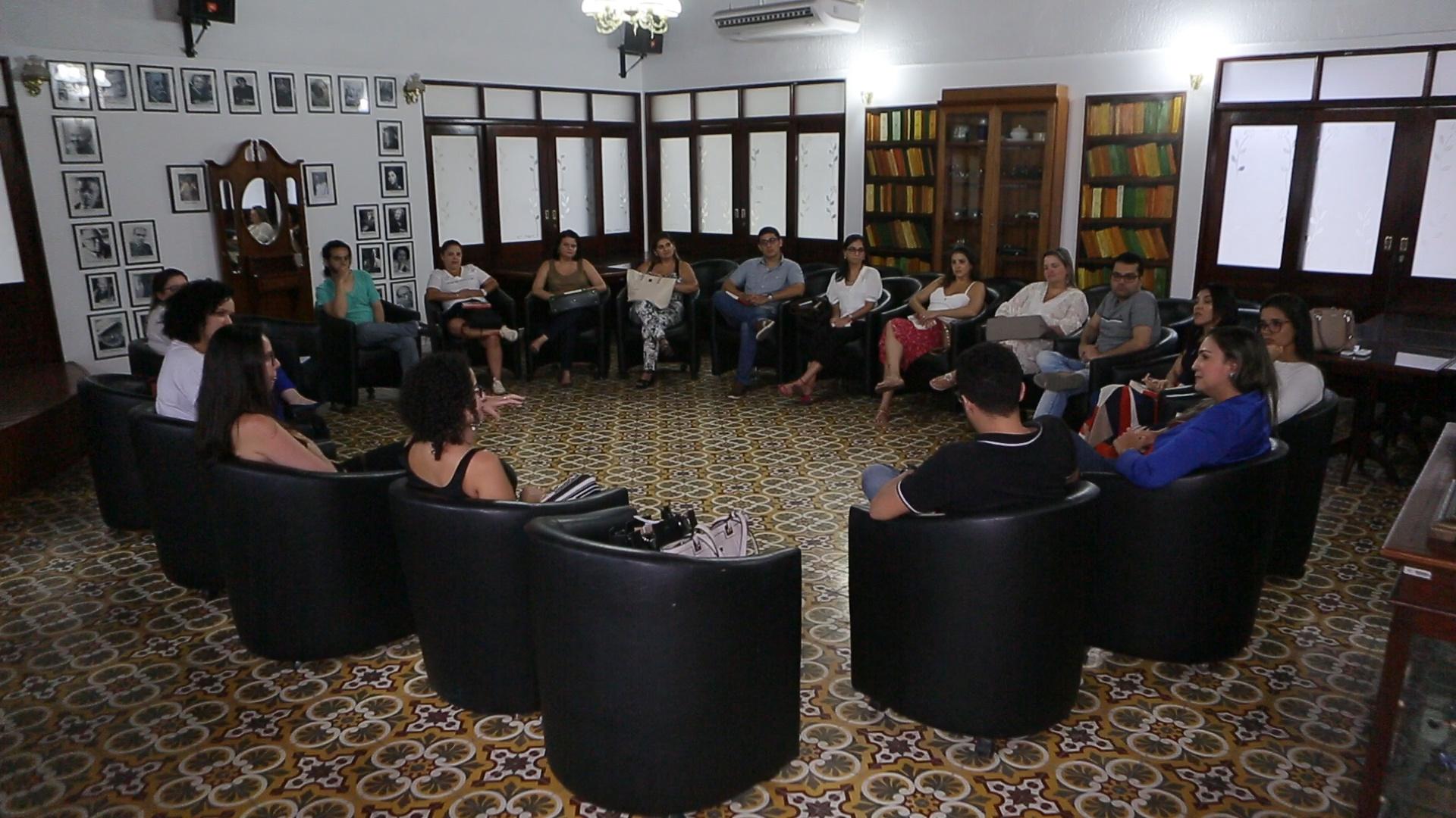 Servidores participam do Clube do Livro na Esmal